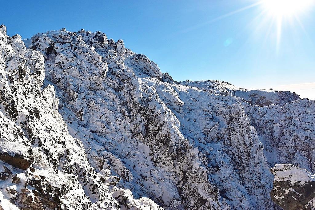 冬の日光白根山 菅沼ルート雪山登山 凍結した五色沼と大迫力の火山帯